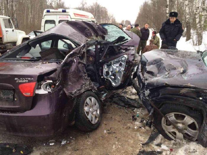 При лобовом столкновении авто два человека погибли, 5 - пострадали